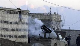 Guerriglieri siriani sparano vicino all'aeroporto militare Menagh vicino ad Aleppo. 17 febbraio 2013. REUTERS/Mahmoud Hassano