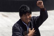 El Gobierno izquierdista de Bolivia nacionalizó el lunes la filial de operaciones de aeropuertos de la española Abertis, arguyendo que la empresa incumplió las inversiones comprometidas desde hace casi dos décadas. En la imagen, el presidente boliviano, Evo Morales, levanta el puño a su llegada al aeropuerto de Santiago el 26 de enero de 2013. REUTERS/Claudio Reyes