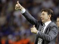 El Celta de Vigo contrató a Abel Resino como nuevo técnico el lunes después de que Paco Herrera fuese cesado tras la última derrota del equipo este fin de semana por 3-1 ante el Getafe. En la imagen de archivo, el entrenador Abel Resino gesticula durante un partido de Liga de Campeones entre el Atlético de Madrid y el Oporto, en el estadio Dragao de Oporto, el 30 de septiembre de 2009. REUTERS/Miguel Vidal