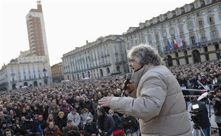 Five-Star Movement activist and comedian Beppe Grillo (C) gestures during a rally in Turin February 16, 2013. REUTERS/Giorgio Perottino