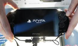 Imagen de archivo de una promotora con una consola Vita de Playstation durante una muestra de videojuegos en Chiba, Japón, sep 15 2011. Sony redujo el lunes el precio de su consola Vita, que ha tenido dificultades para calar en el consumidor, en un intento de alentar las ventas del dispositivo, que compite con el creciente uso de juegos gratis o baratos en las tabletas y smartphones. REUTERS/Kim Kyung-Hoon