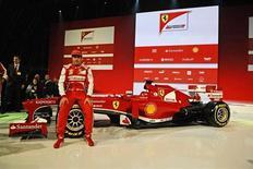 Piloto de Fórmula 1, o espanhol Fernando Alonso, é visto próximo a seu novo carro, Ferrari F138, durante a apresentação oficial da escuderia, na Itália. Alonso testará sua nova Ferrari pela primeira vez na terça-feira, na Espanha, enquanto a ex-campeã Williams será a última equipe a apresentar seu carro para 2013. 30/01/2013 REUTERS/Assessori