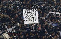 """El técnico de la Juventus, Antonio Conte, ha sido elegido el mejor entrenador de la Serie A en la temporada 2011-12 por sus colegas italianos después de llevar al equipo de Turín a ganar el título invicto. En la imagen del 16 de febrero se puede ver una pancarta que dice """"Tenemos al Papa Conte"""" en la grada de aficionados juventinos antes del partido de la Serie A contra la Roma en el estadio Olímpico. REUTERS/Stefano Rellandini"""