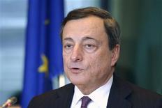 Le président de la Banque centrale européenne Mario Draghi a déclaré lundi que le taux de change de l'euro ne faisait pas partie des objectifs de politique monétaire de la BCE, qui prendra néanmoins en compte un risque baissier sur l'inflation. /Photo prise le 18 février 2013/REUTERS/Eric Vidal