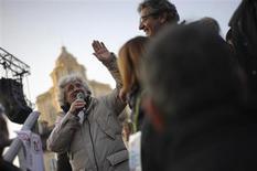 El movimiento contestatario 5 Estrellas del humorista Beppe Grillo parece estar robándole el impulso a Silvio Berlusconi y su partido Pueblo de la Libertad (PDL), tras una serie de escándalos que han golpeado a los principales partidos políticos justo antes de las elecciones en Italia. En la imagen, Grillo (izquierda) durante un mitin en Turín, el 16 de febrero de 2013. REUTERS/Giorgio Perottino
