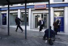 Une large majorité des actionnaires d'Eurobank a accepté l'offre de rachat de National Bank of Greece (NBG) et donné ainsi leur feu vert à une fusion qui aboutira à la création de la première banque grecque. /Photo prise le 10 décembre 2012/REUTERS/Yorgos Karahalis