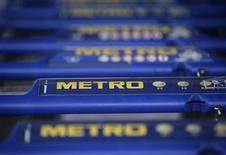 """El magnate alemán Otto Beisheim, uno de los fundadores del grupo minorista Metro, se suicidó después de haber sido diagnosticado de una enfermedad incurable, dijo el lunes su empresa familiar. Imagen de archivo de unos carritos de la compra en una tienda """"cash and carry"""" de Metro en la ciudad de Sankt Augustin, en el oeste de Alemania, cerca de Bonn, en mayo de 2012. REUTERS"""