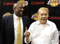 Jerry Buss, que empezó su carrera profesional con una inversión inmobiliaria de 1.000 dólares que le hizo enriquecerse hasta poder comprar Los Angeles Lakers, con los que ganó 10 campeonatos de la Asociación Nacional de Baloncesto (NBA por sus siglas en inglés), falleció a los 79 años, dijo el lunes la NBA en su página web. En la imagen de archivo, el dueño de Los Angeles Lakers Jerry Buss (derecha) posa con el técnico Mike Brown tras una rueda de prensa en Los Angeles, California, el 31 de mayo de 2011. REUTERS/Lucy Nicholson