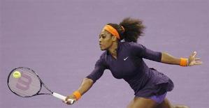 Serena Williams est officiellement redevenue n°1 mondiale lundi devant la Biélorusse Viktoria Azarenka, malgré la victoire de cette dernière lors de leur confrontation en finale du tournoi de Doha (7-6 2-6 6-3) dimanche. /Photo prise le 17 février 2013/REUTERS/Mohammed Dabbous