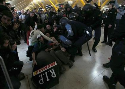 Iberia workers clash with Spanish riot police officers at Terminal 4 of Madrid's Barajas airport February 18, 2013. REUTERS/Sergio Perez