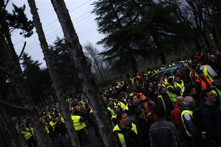 Iberia airline workers, on a strike, march towards Madrid's Barajas airport February 18, 2013. REUTERS/Susana Vera