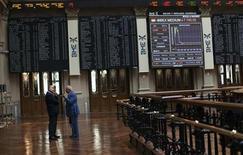 La bolsa española cerró el lunes con recortes moderados en una jornada marcada por las incertidumbres en la eurozona, aunque la actividad fue moderada debido al cierre de Wall Street por festivo. En la imagen, unos operadores conversan en la Bolsa de Madrid, el 6 de agosto de 2012. REUTERS/Susana Vera