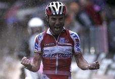 El equipo ruso Katusha ha sido incluido como equipo numero 19 en la categoría de élite del ciclismo, World Tour, después de ganar una apelación en el Tribunal de Arbitraje Deportivo (TAS por sus siglas en francés) que invalidó la negativa inicial a su solicitud. En la imagen de archivo, Rodríguez celebra su victoria de etapa en la clásica Bergamo-Lecco, el 29 de septiembre de 2012. REUTERS/Stringer