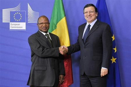 Mali's Prime Minister Diango Cissoko (L) shakes hands with EU Commission President Jose Manuel Barroso in Brussels February 18, 2013. REUTERS/Eric Vidal