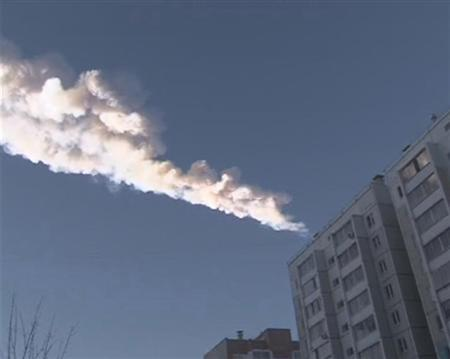 The trail of a falling object is seen above a residential apartment block in the Urals city of Chelyabinsk, in this still image taken from video shot on February 15, 2013. REUTERS/OOO Spetszakaz