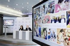 Nestlé, la mayor compañía de productos alimenticios, retiró comidas con carne vacuna de tiendas en Italia y España después de hallar indicios de ADN de caballo. En la imagen, el consejero delegado de Nestlé Paul Bulcke (D) durante una rueda de prensa con motivo de los resultados de la compañía, junto a la directora financiera Wan Ling Martello, en la sede de la compañía en Vevey, Suiza, el 14 de febrero de 2013. REUTERS/Denis Balibouse