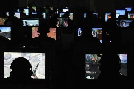 People use computers at an internet cafe in Taiyuan, Shanxi province, November 13, 2009. REUTERS/Stringer/Files