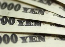 Купюры валюты иена в пункте обмена валют Interbank Inc. в Токио 9 сентября 2010 года. Курс иены вырос после того, как японские министры опровергли возможность покупки иностранных облигаций Банком Японии, о которой накануне сообщил премьер-министр Синдзо Абэ. REUTERS/Yuriko Nakao