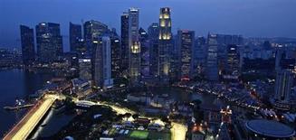 Вид на сингапурские небоскребы на закате 17 сентября 2012 года. Сингапур и Малайзия договорились построить высокоскоростную железную дорогу между богатым городом-государством и Куала-Лумпуром, укрепляя свои экономические связи и увеличивая возможности для иностранцев в популярном туристическом регионе. REUTERS/Tim Chong