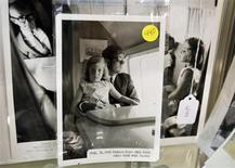 Фотография Джона Ф. Кеннеди с дочерью Кэролайн, сделанная в 1963 году, на аукционе в Эймсбери, Массачусетс 10 февраля 2013 года. Коллекция из тысяч предметов и вещей, связанных с деятельностью Джона Ф. Кеннеди, ушла с молотка примерно за $2 миллиона спустя почти 50 лет после убийства 35-ого американского президента. Коллекция из тысяч предметов и вещей, связанных с деятельностью Джона Ф. Кеннеди, ушла с молотка примерно за $2 миллиона спустя почти 50 лет после убийства 35-ого американского президента. REUTERS/Jessica Rinaldi