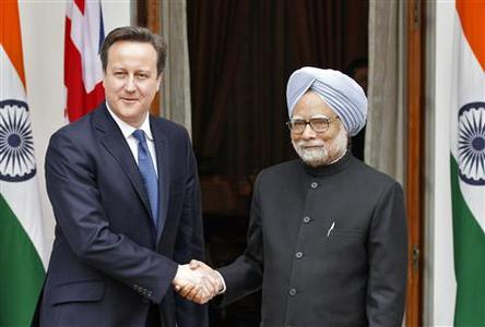 Britain's Prime Minister David Cameron (L) shakes hands with his Indian counterpart Manmohan Singh during a photo opportunity before their meeting in New Delhi February 19, 2013. Cameron says he wants state-controlled Royal Bank of Scotland to speed up restructuring and has refused to rule out giving the government's share in the bank to the public. REUTERS/B Mathur