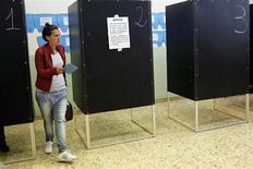 Un'elettrice alle urne. REUTERS/Giampiero Sposito