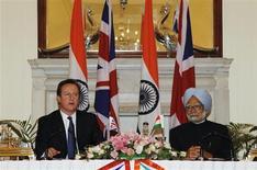 Il primo ministro britannico David Cameron (a sinistra) con l'omologo indiano Manmohan Singh. REUTERS/B Mathur