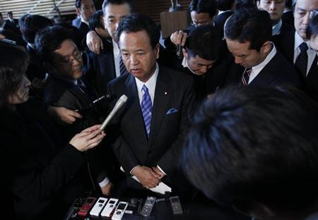 Japan's Economics Minister Akira Amari (C) is surrounded by media after a meeting with business leaders at Japan's Prime Minister Shinzo Abe's official residence in Tokyo February 12, 2013. REUTERS/Issei Kato