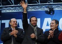 Romano Prodi (a destra), con il candidato del Pd alla presidenza della Regione Lombardia Umberto Ambrosoli (al centro) e il segretario del Pd Pierluigi Bersani a Milano durante un comizio in piazza Duomo. REUTERS/Alessandro Garofalo
