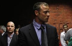 Oscar Pistorius au tribunal de Pretoria. Le ministère public a jugé mardi que l'athlète sud-africain, inculpé du meurtre de sa compagne Reeva Steenkamp, a tué de sang-froid en tirant à quatre reprises à travers la porte verrouillée de la salle de bain de sa villa après avoir mis ses prothèses pour traverser la chambre. /Photo prise le 19 février 2013/REUTERS/Siphiwe Sibeko