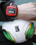 La FIFA, organismo rector del fútbol en todo el mundo, ha confirmado que su tecnología de línea de gol se usará en el Mundial 2014 y ha invitado a empresas proveedoras de este tipo de tecnología a que presenten sus sistemas. En la imagen, un reloj de pulsera usado para la tecnología de gol, que se usó en el Mundialito, en el estadio Toyota, Japón, el 8 de diciembre de 2012. REUTERS/Toru Hanai