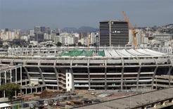 Los trabajadores de la construcción del Maracaná abandonaron las obras el lunes y amenazaron con una huelga, poniendo más presión a los organizadores, que afrontan una carrera contra el reloj para que el estadio sea terminado a tiempo para el Mundial de fútbol del 2014. En la imagen, el estadio de Maracaná en Río, el 18 de febrero de 2013. REUTERS/Ricardo Moraes