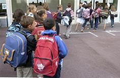 Le maire socialiste de Lyon, Gérard Collomb, a annoncé qu'il attendrait 2014 pour mettre en place la réforme des rythmes scolaires contestée par une majorité d'enseignants. Les communes ont jusqu'au 31 mars pour décider si elles appliqueront dès cette année ou en 2014 la réforme qui instaure le retour à la semaine de 4,5 jours. /Photo d'archives/REUTERS/Charles Platiau