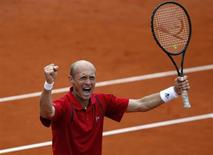 Российский теннисист Николай Давыденко радуется после победы над немцем Флорианом Майером на турнире в Мюнхене 1 мая 2011 года. Николай Давыденко выиграл во вторник матч первого круга на турнире Marseille Open. REUTERS/Michael Dalder