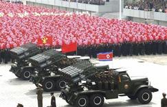 """Военная техника и солдаты участвуют в параде на площади Ким Ир Сена в Пхеньяне по случаю 63-й годовщины основания КНДР 9 сентября 2011 года. Северная Корея пригрозила Южной """"окончательным уничтожением"""" во время спора на Конференции ООН по разоружению, заявив, что может предпринять """"второй и третий шаги"""" после ядерных испытаний на прошлой неделе. REUTERS/KCNA"""
