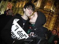 Attivisti gay durante una manifestazione per il matrimonio tra persone dello stesso sesso, a Londra. REUTERS/Luke MacGregor