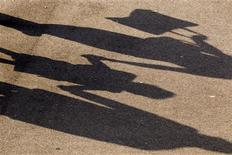 Jean-Marc Ayrault et Michel Sapin ont paru écarter mardi l'idée, suggérée par le Premier président de la Cour des comptes, Didier Migaud, d'une imposition des allocations familiales pour réduire les déficits publics français. /Photo d'archives/REUTERS/Charles Platiau