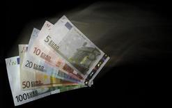 Les députés français ont adopté par 315 voix contre 161 le projet de loi bancaire qui obligera les établissements financiers à loger, d'ici à 2015, leurs activités les plus spéculatives dans des filiales financées de façon autonome. /Photo d'archives/REUTERS/David W Cerny