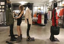 Le marché français du prêt-à-porter féminin devrait accuser un nouveau recul en 2013, après une chute de 2,8% en 2012, contrastant avec le dynamisme du secteur à l'exportation. /Photo d'archives/REUTERS/Miguel Vidal