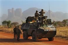 Militaires français au nord de Douentza. Un militaire français a été tué dans un accrochage avec des djihadistes dans le nord du Mali, dans le massif des Ifoghas. /Photo prise le 7 février 2013/REUTERS/David Lewis