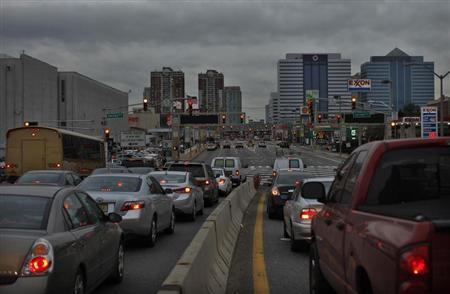 Commuters arrive at Holland Tunnel to drive into New York from Jersey City, New Jersey November 7, 2012, in the aftermath of Hurricane Sandy. REUTERS/Eduardo Munoz