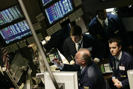 TFile photo of traders working the floor of the New York Stock Exchange during the final minutes of trading in New York, June 8, 2006. REUTERS/Keith Bedford (UNITED STATES) - RTR1E7V2