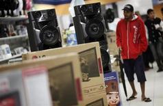 Um homem caminha em frente a caixas de som numa loja Casas Bahia em São Paulo. As vendas no comércio varejista brasileiro registraram queda inesperada de 0,5 por cento em dezembro ante novembro, com os consumidores mostrando-se mais contidos em suas compras diante de preços mais altos, mostraram dados divulgados nesta terça-feira. 7/02/2013 REUTERS/Nacho Doce