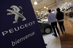 Vendedor conversa com consumidor próximo a carro da Peugeot em concessionária em Marseille, França. Ford, PSA Peugeot Citroën e Toyota arrastaram as vendas de carros na Europa para uma nova baixa em janeiro, começando 2013 com uma queda de 8,5 por cento, informou nesta terça-feira a Associação de Montadoras Europeias. 01/02/2013 REUTERS/Jean-Paul Pelissier