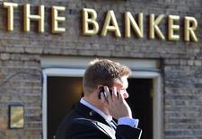 A la City, à Londres. Les discussions en vue d'introduire un plafonnement des bonus bancaires dans l'Union européenne ont abouti à une impasse, le Parlement et les représentants des pays membres n'ayant pu se mettre d'accord. /Photo prise le 19 février 2013/REUTERS/Toby Melville