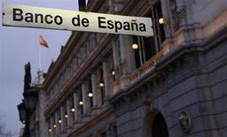 España está preparando una emisión denominada en dólares estadounidenses, posiblemente tan pronto como esta semana, dijeron el martes fuentes del mercado. En la imagen, la sede del banco de España, en Madrid, el 6 de febrero de 2013. REUTERS/Sergio Perez