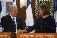 Israel's Prime Minister Benjamin Netanyahu (L) shakes hands with former Foreign Minister Tzipi Livni, head of the centrist Hatenuah party, during their joint statement at the Knesset, the Israeli parliament, in Jerusalem February 19, 2013. REUTERS/Ronen Zvulun