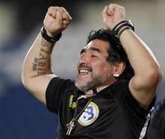 Ex-jogador argentino, Diego Maradona, é visto durante jogo do Al-Wasl contra o Al Khor em Doha, no Catar, em maio de 2012. O ex-astro do futebol disse nesta terça-feira que sonha em ver seu filho Diego Fernando, que nasceu há poucos dias, jogando na seleção argentina junto com seu neto Benjamín Aguero e Thiago, filho de Lionel Messi. 30/05/2012 REUTERS/Mohammed Dabbous