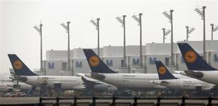Deutsche Lufthansa a annoncé mardi avoir renoué avec les bénéfices en 2012, alors que la compagnie aérienne avait accusé une perte de 13 millions d'euros en 2011. /Photo prise le 25 janvier 2013/REUTERS/Michael Dalder