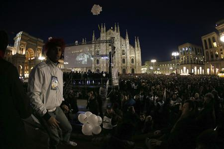 People gather in Duomo Square as Five-Star Movement activist and comedian Beppe Grillo speaks during a rally in Milan February 19, 2013. REUTERS/Tony Gentile